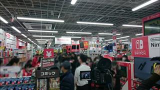 Cận cảnh người Nhật xếp hàng dài để chờ đợi mua máy Nintendo Switch