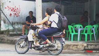Quên thẻ dự thi, nam sinh được cô bán xôi đèo xe máy vượt hơn 10 cây số để kịp giờ thi