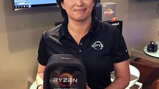 AMD Ryzen Threadripper được đóng gói vô cùng sexy trên tay CEO Lisa Su