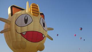 Khinh khí cầu Meowth xuất hiện trên bầu trời kỉ niệm tập phim thứ 1000 của series Pokemon