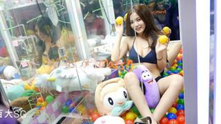 Đài Loan: Cho người mẫu bikini ngồi trong máy gắp thú bông để thu hút người chơi