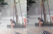 Khoảnh khắc cậu bé ôm lấy chú chó nhỏ giữa cơn mưa: Không sao đâu, có anh ở đây mà!