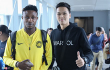 """""""Chim Sẻ Đi Nắng"""" hội ngộ cùng các cầu thủ Malaysia trực tiếp ngay tại sân bay"""
