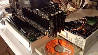Nam game thủ lắp 8 card đồ họa cổ lổ sĩ vào máy tính để chơi Half-Life