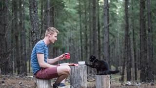 Chàng trai bỏ việc, bán nhà để đi du lịch cùng... thú cưng