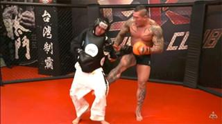 Youtuber to gan gạ thách đấu võ sĩ MMA và kết quả là bị đánh không trượt phát nào
