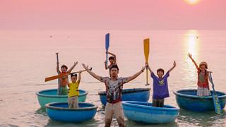 MV nhạc phim Anh thầy ngôi sao khiến khán giả muốn lao ngay ra biển mặc thời tiết