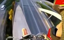 Bắt chước PUBG, một thanh niên cưỡi xe máy lên đỉnh cầu