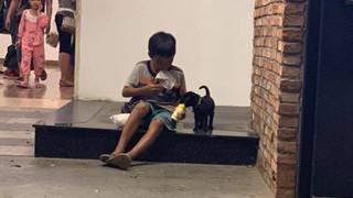 Khoảnh khắc em bé ăn xin lem luốc chia sữa cho chú cún nhỏ lấy cạn nước mắt người xem