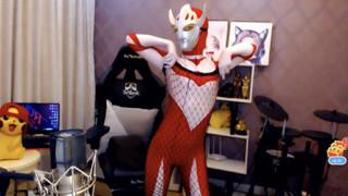 Cosplay Siêu nhân Điện quang và nhảy múa, cô nàng streamer xinh đẹp bị khóa kênh ngay lập tức