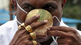 Một doanh nhân Ấn Độ đã thiết kế khẩu trang vàng trị giá 4000 USD để phòng dịch COVID-19