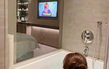 Khoe ảnh vừa xem tivi vừa tắm, hot girl khiến trang của mình gần như bị sập vì quá tải