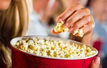 Vì sao khi xem phim chiếu rạp phải ăn bỏng ngô?