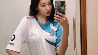 """Nhà vô địch thế giới Liên minh huyền thoại đã """"ngượng ngạo"""" khi gặp nữ idol K-pop sexy"""