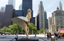 """Bất chấp bị phản đối vì quá """"gợi dục"""" bức tượng minh tinh Marilyn Monroe """"tốc váy"""" vẫn được đặt tại chốn đông người"""