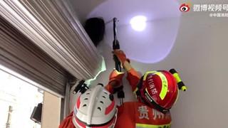 Vụ giải cứu bé gái Trung Quốc mắc kẹt đầu trên trần nhà không khác gì phim kinh dị